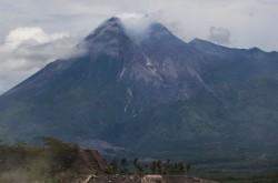 Wisatawan Dilarang Mendaki Gunung Merapi