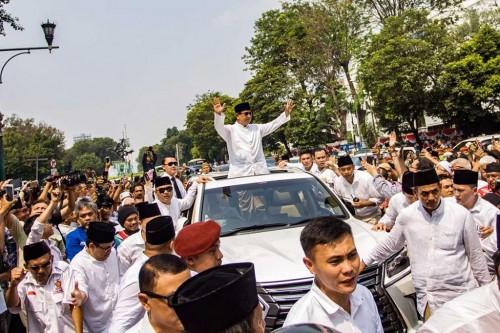Prabowo menyapa pendukungnya dari atas mobil pribadinya. Dok.