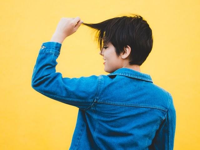 Ada beberapa teori yang menyebutkan bahwa masturbasi dapat menyebabkan kerontokan rambut atau kebotakan. (Foto: Daniel Apodaca/Unsplash.com)