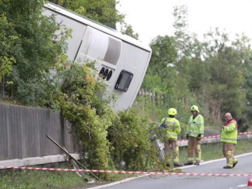 Bus yang terbalik di jalan raya Inggris (Foto: PA).