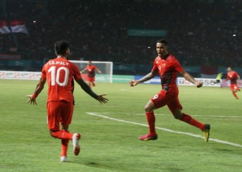 Alberto 'Beto' Goncalves merayakan gol bersama Stefano Lilipaly
