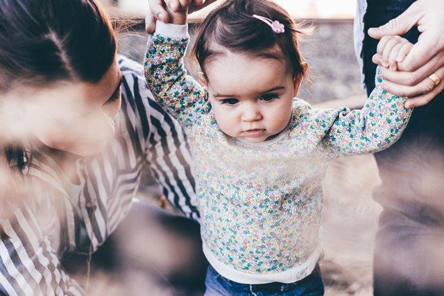 Tak sedikit wanita yang memutuskan berhenti bekerja untuk fokus mengurus si kecil. Berbagai hal menjadi penyebabnya. (Foto: Priscilla Du Preez/Unsplash.com)