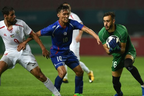 Rami Hamada menangkap bola dalam laga Palestina vs Taiwan.