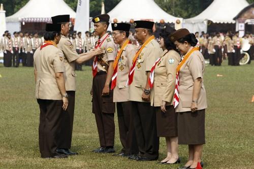 Presiden Joko Widodo menyematkan medali dan penghargaan pada