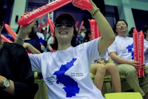 Pendukung Korea Selatan mengenakan kaos bergambar peta