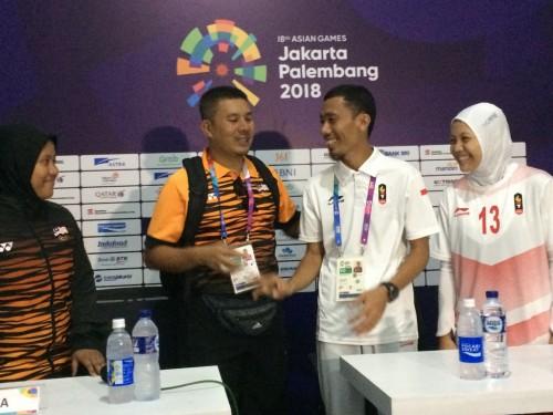 Pelatih Handball Putri Indonesia, Abdul Kadir berjabat tangan