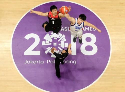 Momen tip-off pertandingan Basket putra Asian Games 2018 antara