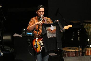 Vokalis sekaligus gitaris Barasuara, Iga Massardi, memegang kaus