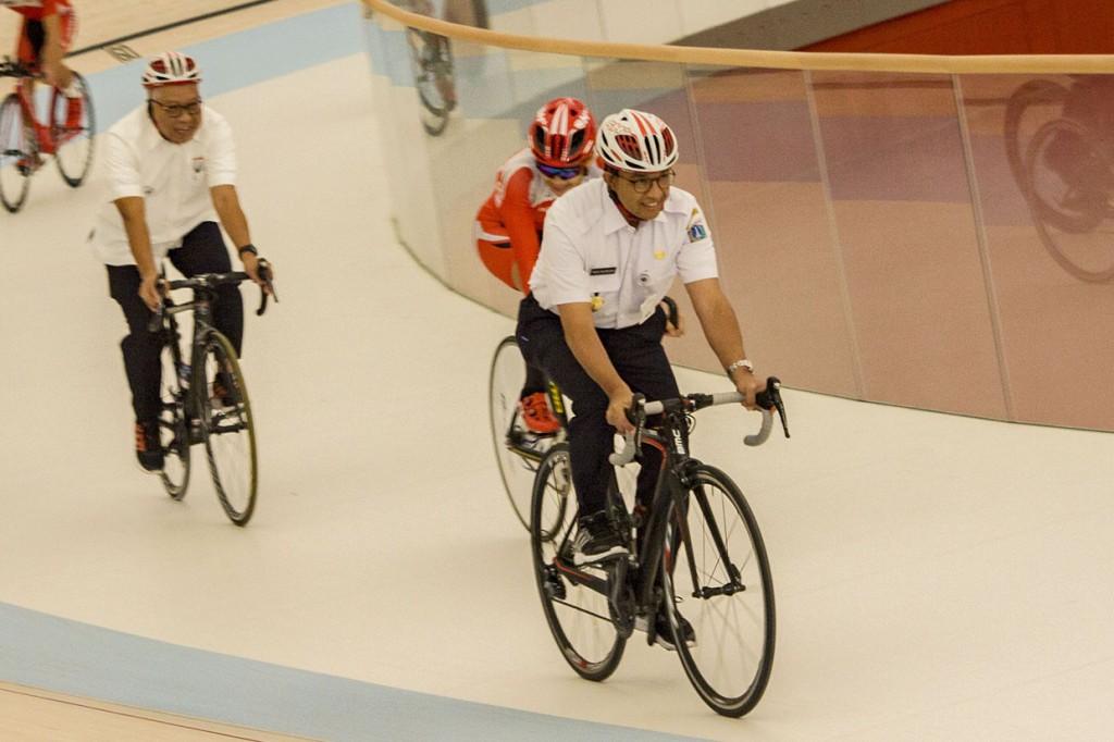 Resmikan Jakarta International Veledrome, Anies Jajal Lintasan Sepeda