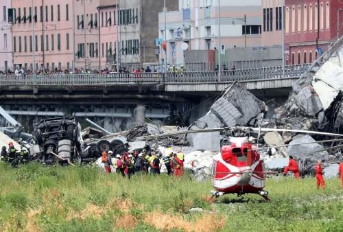 Regu penyelamat membawa korban jatuhnya Jembatan Morandi di