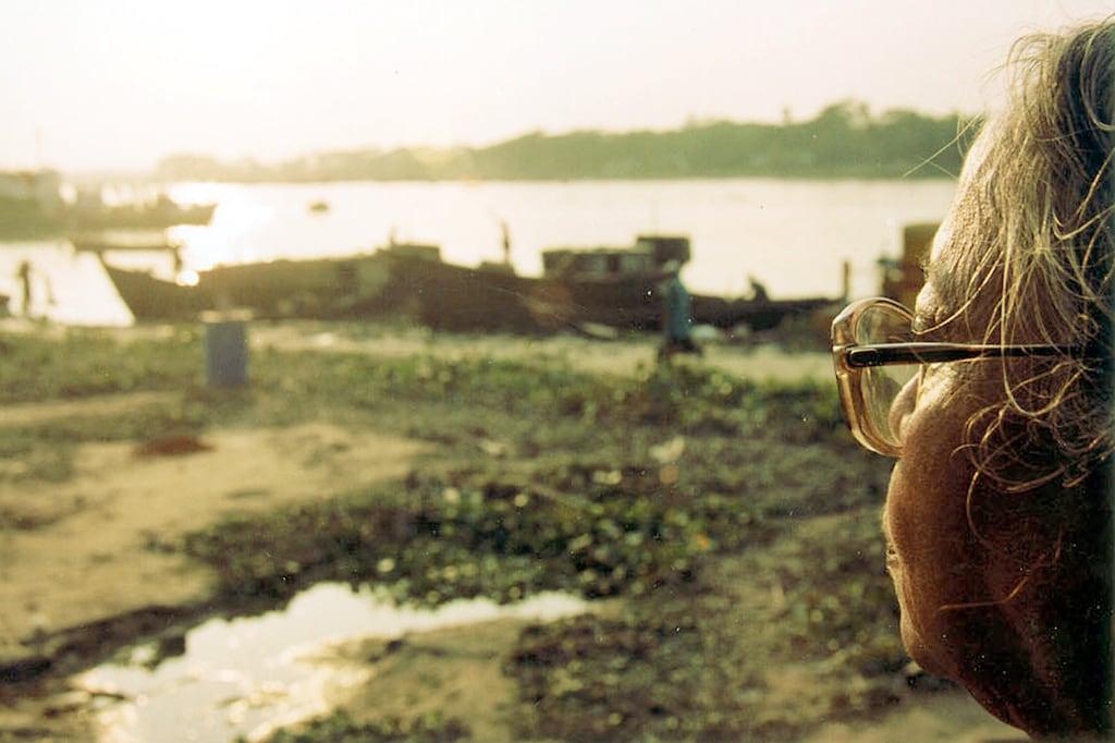 Cuplikan foto dari film dokumenter Way Back Home (2003) karya Supriyo Sen