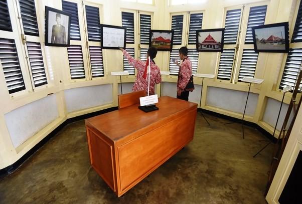 Meja kerja di salah satu ruangan rumah pengasingan Soekarno di Bengkulu. Antara Foto/Akbar Nugroho Gumay