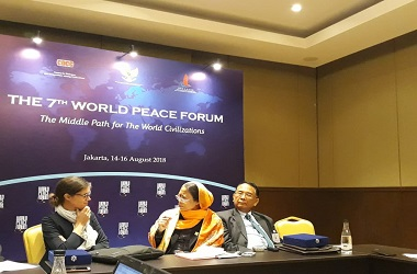 Makarim Wibisono (kanan) dalam jumpa pers World Peace Forum