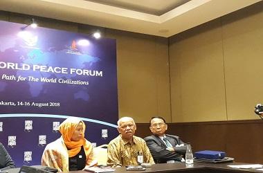 Cendekiawan Muslim Azyumardi Azra (tengah) dalam konferensi pers