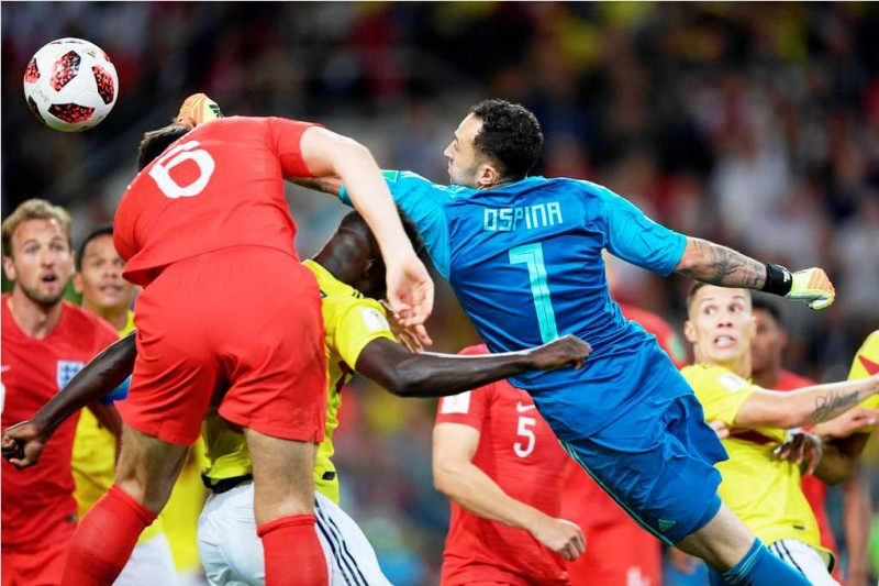 David Ospina meninju bola pada saat membela Kolombia. (Foto: AFP PHOTO / Juan Mabromata)