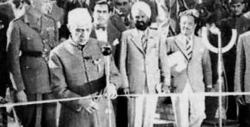 Perdana Menteri pertama India Jawaharlal Nehru melakukan gunting