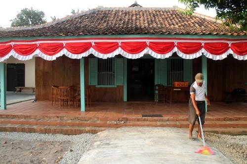 Rumah aslinya dipindahkan sejauh 50 meter ke Kampung Bojong pada