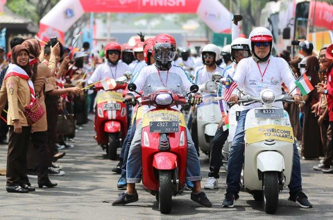 Ratusan Vespa Kawal Obor Asian Games di Jakarta