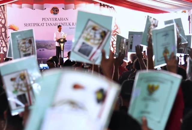 Presiden Joko Widodo saat membagikan sertifikat untuk warga di Jayapura, Papua, pada 11 April 2018. MI/Agus Mulyawan