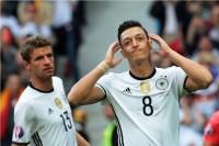 Kroos Sindir Alasan Oezil Pensiun dari Timnas Jerman