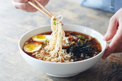 Ilustrasi ramen. (Foto: The Kitchn/Laura Volo).