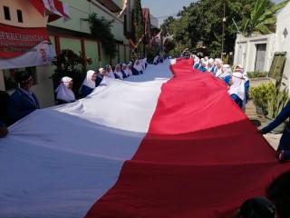 Ratusan Siswa di Malang Bentangkan Bendera 73 Meter