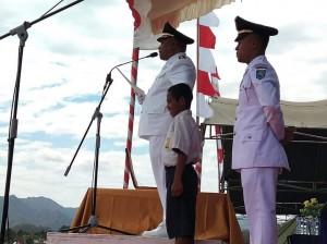 Aksi Heroik Siswa SMP NTT Sambung Tali Penggerek Bendera
