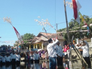 Warga Sumenep Gelar Upacara Bendera di Atas Sungai