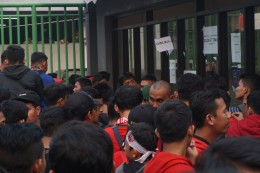 Tiket Habis, Gerbang Loket Timur Dijebol Oknum Suporter