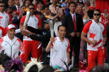 Jokowi Berlari Kecil Kirab Obor Asian Games