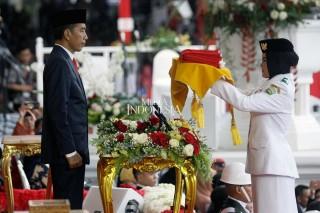 Zanati Umahati Pembawa Baki Upacara Penurunan Bendera