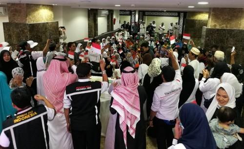 Sejumlah jemaah haji asal Indonesia merayakan peringatan HUT