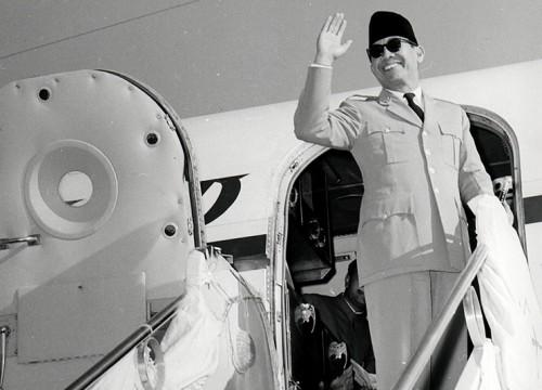 ILUSTRASI: Presiden Soekarno melambaikan tangannya menjelang