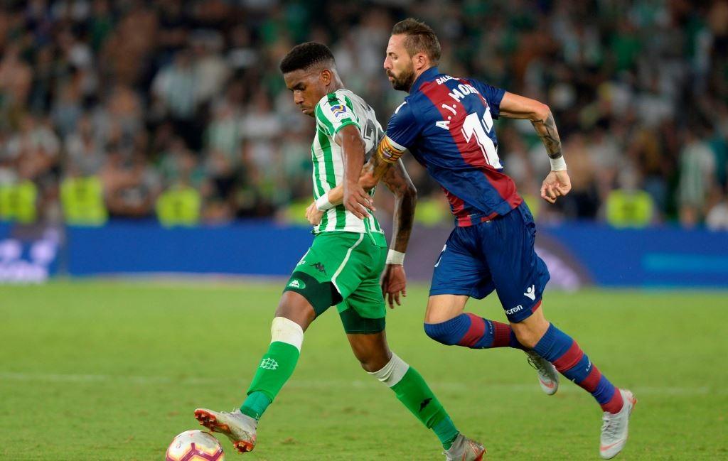 Situasi pertandingan antara Real Betis vs Levante (Foto: AFP/Cristina Quicler)