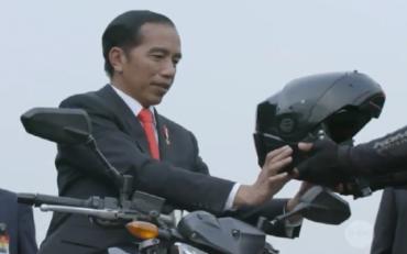 Aksi Bermotor Jokowi Tuai Pujian Warganet