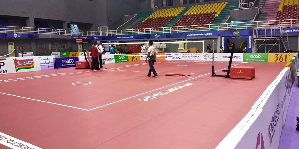 Panitia sedang mempersiapkan lapangan sepak takraw Asian Games 2018 di GOR Ranau, Sabtu 18 Agustus 2018. (Foto: Deddy Pranata/Medcom.id)