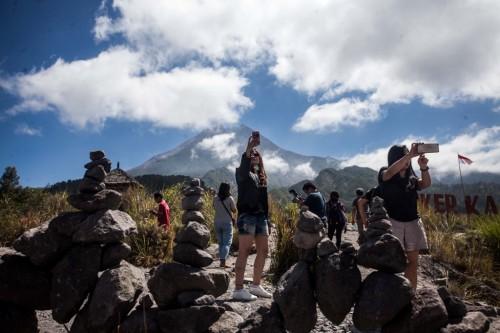 Pengunjung berada di kawasan Lereng Gunung Merapi, Sleman, DI