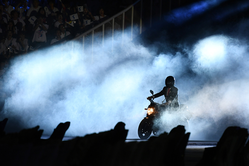 Aksi Keren Jokowi Naik Moge di Opening Asian Games