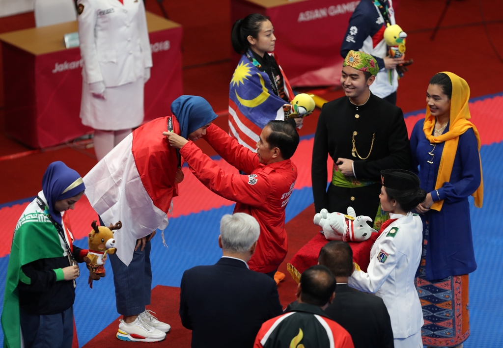 Defia Rosmaniar saat dikalungi medali emas oleh Presiden RI Joko Widodo (Foto: MI/RAMDANI)