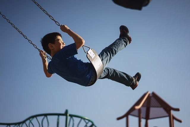 Berikut ini adalah beberapa bahaya yang mungkin terjadi ketika anak-anak sedang berada di taman bermain. (Foto: Myles Tan/Unsplash.com)