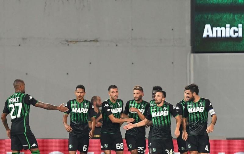 Para pemain Sassuolo merayakan gol Domenico Berrardi ke gawang Inter (Foto: AFP/Vincenzo Pinto)