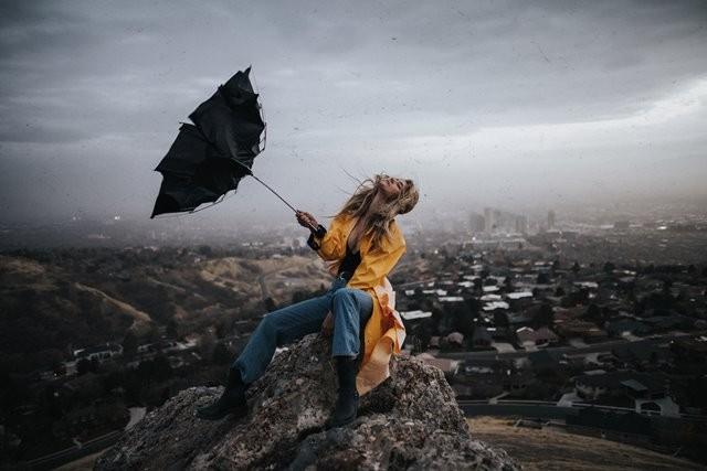 Biasanya dengan mencium bau hujan yang bercampur dengan tanah bisa membuat seseorang merasa nyaman. (Foto: Thomas Young/Unsplash.com)