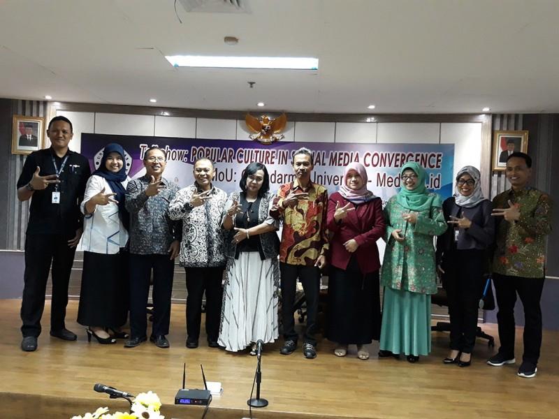 Tim Medcom.id berfoto bersama dengan Rektor dan sivitas akademika Universitas Gunadarma, Medcom.id/Citra Larasati.