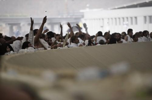 ILUSTRASI: Jemaah haji dari seluruh dunia melempar batu jumrah