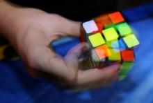 Remaja Pecahkan Rekor Bermain Rubik di Dalam Air
