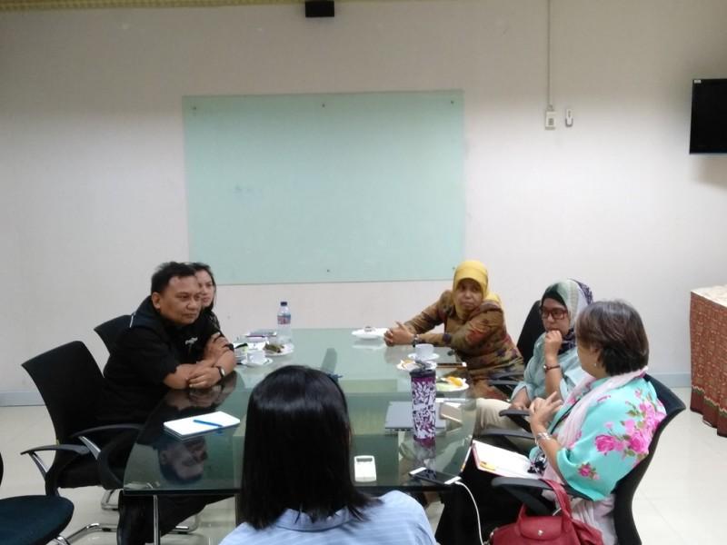 Direktur Institut Bisnis dan Ekonomi Kerakyatan (IBEKA) Tri Mumpuni (berkerudung kuning). (FOTO: Medcom.id/Desi Angriani)