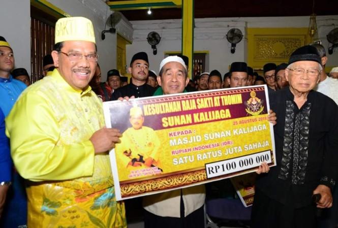 Bangsawan Malaysia Yang Mulia Datu Tuan Raja Azhar Bin Yang Mulia Datu Raja Wahab (kiri) memberikan bantuan secara simbolis untuk merenovasi Masjid Sunan Kalijaga, Demak, Jawa Tengah. Medcom.id/Budi Arista Romadhoni