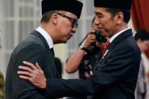 Agus Gumiwang Kartasasmita mengucapkan sumpah saat dilantik menjadi Menteri Sosial oleh Presiden Joko Widodo di Istana Negara, Jakarta, Jumat, 24 Agustus.