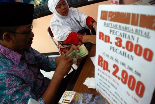 ILUSTRASI: Sejumlah calon jamaah haji (CJH) Embarkasi Surabaya