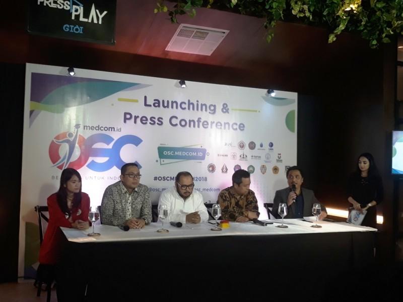 Pemimpin Redaksi Medcom.id, Abdul Kohar (memegang mic) dalam jumpa pers Peluncuran Beasiswa OSC 2018, Medcom.id/Citra Larasati.